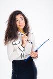 拿着有铅笔的沉思女实业家剪贴板 免版税库存照片