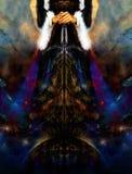 拿着有闪电的妇女宇宙轻的剑下来地球上,与装饰传送带和中世纪礼服 免版税库存照片