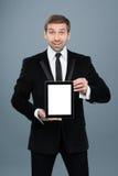 拿着有黑屏的商人数字式片剂个人计算机 免版税库存照片