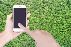 拿着有黑屏的商人的手白色智能手机 库存图片