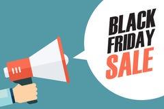 拿着有黑星期五销售讲话泡影的男性手扩音机 事务、促进和广告的横幅 免版税库存图片
