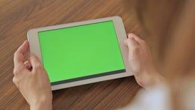 拿着有绿色屏幕显示的俏丽的妇女手中片剂 股票视频