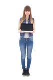 拿着有copyspace的十几岁的女孩膝上型计算机隔绝在白色 免版税库存照片