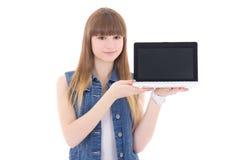 拿着有copyspace的逗人喜爱的十几岁的女孩膝上型计算机隔绝在丝毫 免版税库存照片