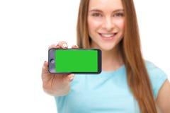 拿着有copyspace的年轻美丽的妇女智能手机 免版税图库摄影