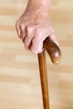 拿着木拐棍的手 免版税图库摄影
