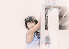 拿着木码头的小女孩画象 库存照片