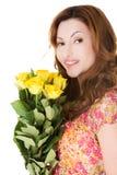 拿着束玫瑰的侧视图愉快的妇女 免版税库存照片