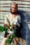 拿着束野花的妇女 库存图片