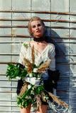 拿着束野花的妇女 图库摄影
