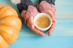 拿着杯子咖啡的手 免版税库存照片