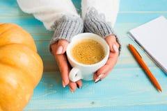拿着杯子咖啡的手 免版税图库摄影