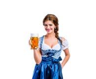 拿着杯子啤酒的传统巴法力亚礼服的妇女 图库摄影
