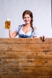 拿着杯子啤酒的传统巴法力亚礼服的妇女 库存图片