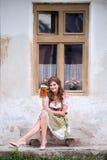 拿着杯子啤酒的传统巴法力亚礼服的妇女 免版税图库摄影