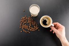 拿着杯子新鲜的浓咖啡咖啡的人部份顶视图 库存照片
