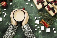拿着杯子用热巧克力和各种各样的attribut的女性手 库存图片
