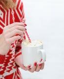 拿着杯子用热巧克力的妇女手 免版税库存图片