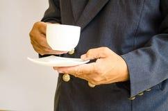拿着杯子的商人 免版税库存照片
