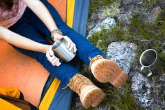 拿着杯子的女孩远足者 免版税库存照片