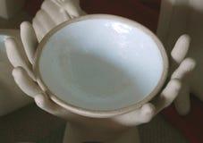 拿着杯子的现有量雕象  库存图片