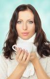 拿着杯子的美丽的妇女 免版税库存图片