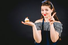 拿着杯形蛋糕和给不同的情感的减速火箭被称呼的妇女在手上 健康食物面包店没有糖概念 库存照片
