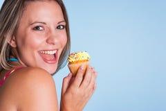 拿着杯形蛋糕的女孩 图库摄影