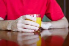 拿着杯汁液的人 库存图片