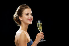 拿着杯汽酒的微笑的妇女 库存照片