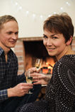 拿着杯汽酒的男人和妇女 库存图片