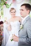 拿着杯香槟的新婚的夫妇 免版税库存照片