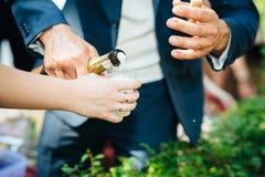 拿着杯香槟的特写镜头人的手 免版税库存照片