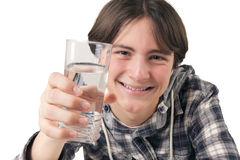 拿着杯水的十几岁的男孩 图库摄影