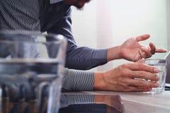 拿着杯水的网站设计师运转数字式片剂a 库存照片