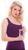 拿着杯水的美丽的白肤金发的女孩 图库摄影