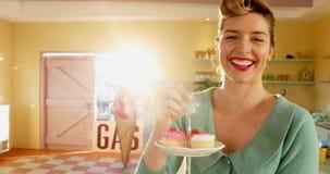 拿着松饼的盘子在café 4k的女服务员 股票视频