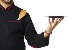 拿着板材的美国黑人的专业厨师-隔绝在丝毫 免版税图库摄影