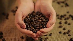 拿着极少数美味烤咖啡豆的妇女,世界的喜爱的饮料 股票录像