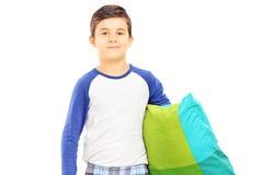 拿着枕头的睡衣的男孩 免版税库存照片
