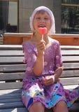 拿着果冻糖果的女孩看起来心脏 库存照片