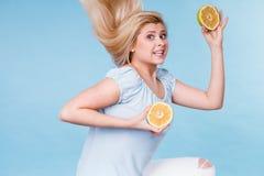 拿着果子柠檬的妇女半 免版税库存照片