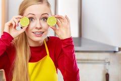拿着果子柠檬石灰的妇女半 库存图片