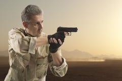 拿着枪的战士 免版税库存照片