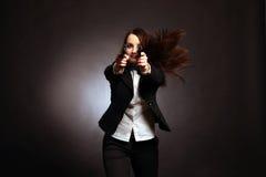 拿着枪的新和性感的妇女 免版税库存照片