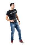 拿着枪的警告的年轻警察侧视图看  免版税图库摄影