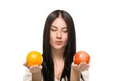 拿着柑橘的女孩 库存照片