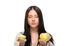 拿着柑橘的女孩 库存图片