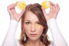 拿着柠檬的妇女 免版税库存图片