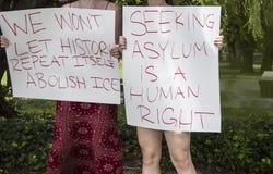 拿着标志在移民抗议-我们的两个女孩不会让历史重复自己-废除有选择性的冰-收容所-播种和 库存图片